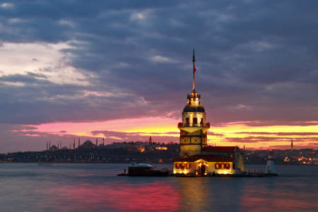 Sunset on Maiden's Tower in historical city Istanbul, Turkey. 版權商用圖片 - 96634589