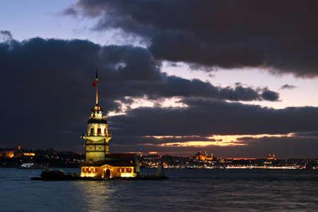 Sunset on Maiden's Tower in historical city Istanbul, Turkey. 版權商用圖片 - 96592887