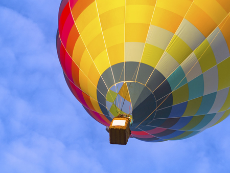 Benath a bright colorful hot air balloon at lift off Banque d'images