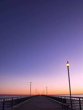 New Brighton Pier Christchurch, Nueva Zelanda al amanecer con luces en perspectiva al punto de fuga