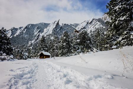 landschapsfoto van strijkijzers in Boulder Colorado met de nadruk op de shack op de voorgrond Stockfoto
