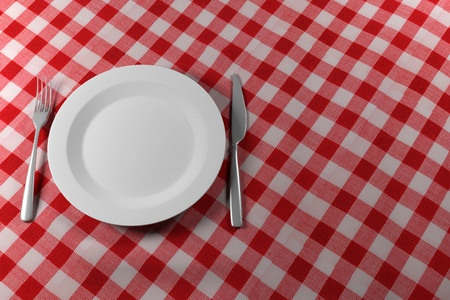 restaurante italiano: Cuchillo de horquilla y placa aislados en un pa�o rojo de tabla
