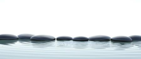 piedras zen: Piedras zen en agua en widescreen con fondo blanco