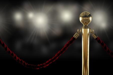 Red velvet rope barrière close-up met flitslicht op de achtergrond Stockfoto