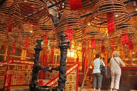 old dame: Vecchie signore nel tempio cinese