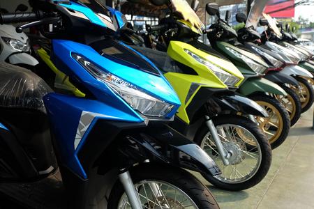 Muchas motocicletas de colores en la sala de exposición a la venta Foto de archivo
