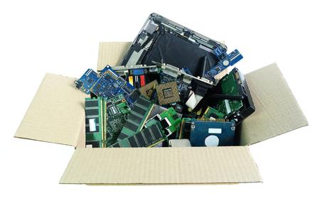 Boîte de papier avec des déchets électroniques partie matériel informatique isolé sur fond blanc