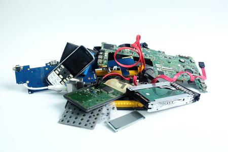 Pile de déchets électroniques, carte de circuit informatique, téléphone portable, cassé ou endommagé, sur fond blanc. Banque d'images