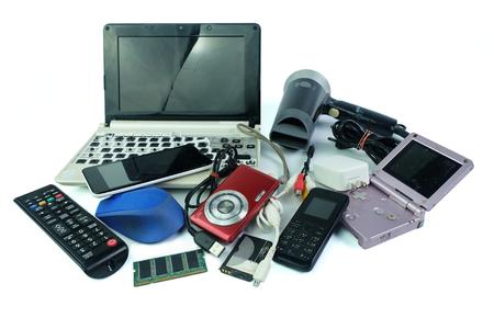 Déchets électroniques, gadgets à usage quotidien et cassés sur fond blanc