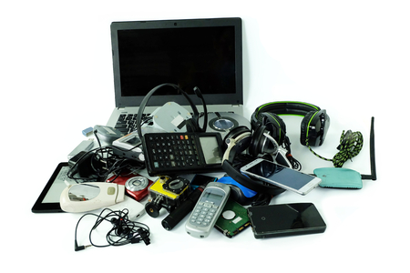 Montón de residuos electrónicos, aparatos para uso diario aislado sobre fondo blanco, concepto de reutilización y reciclaje Foto de archivo