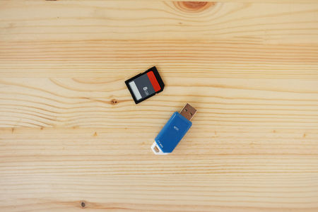 SD Card and Flash Drive USB3.0 of computer on wooden background, Concept of Data storage device 免版税图像