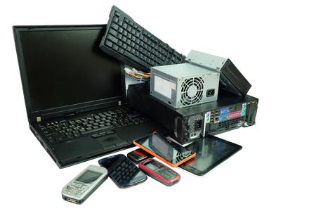 Déchets électroniques, équipement électronique de gadgets à usage quotidien, ordinateur portable et de bureau et téléphones portables isolés sur fond blanc