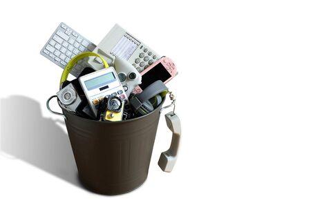 Déchets électroniques cassés ou endommagés dans la poubelle isolés sur fond blanc et laissez un espace vide au-dessus pour la saisie de texte, le concept de réutilisation et de recyclage