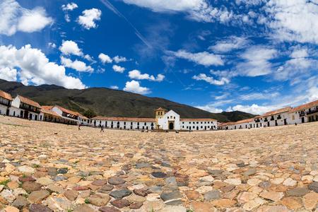 Ultra ampio colpo di vivido cielo blu e nuvole bianche sopra la piazza centrale a Villa de Leyva, in Colombia. Archivio Fotografico - 72446671