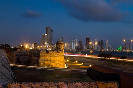 カルタヘナの植民地の壁との距離に Bocagrande の青い時間長い露出表示。