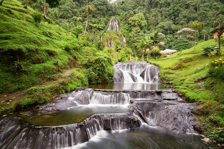 Hermosa vista de larga exposición de la cascada cerca del Spa Termal de Santa Rosa en Santa Rosa de Cabal en Colombia.