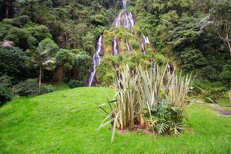 콜롬비아 산타 로사 드 카발에있는 산타 로사 열 스파 근처의 폭포.