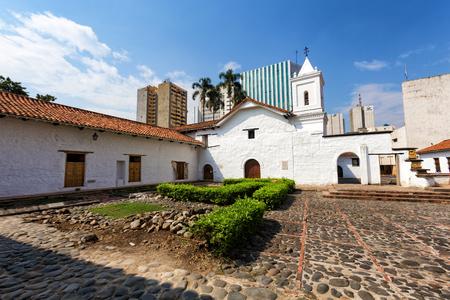 Vista granangular de la iglesia de La Merced en Cali, Colombia.