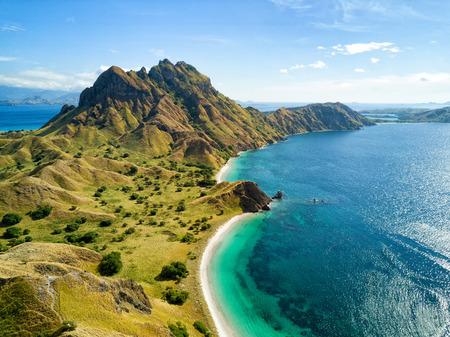 코모도와 인도네시아의 Labuan Bajo 근처 Rinca 섬 사이의 Pulau Padar 섬의 북부 부분의 공중 전망.