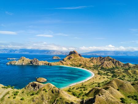 코모도와 인도네시아의 Labuan Bajo 근처 Rinca 제도 사이의 Pulau Padar 섬에 극적인 풍경의 공중보기. 스톡 콘텐츠