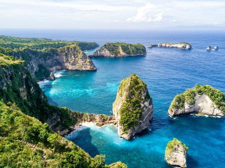 Vista aerea della piccola isola di Nusa Batumategan e dell'isola di Nusa Batupadasan dal santuario di Atuh Rija Lima sull'isola di Nusa Penida vicino a Bali, Indonesia. Archivio Fotografico - 81269320