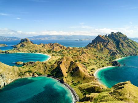 코모도와 인도네시아의 Labuan Bajo 근처 Rinca 제도 사이의 Pulau Padar 섬의 공중 전망.