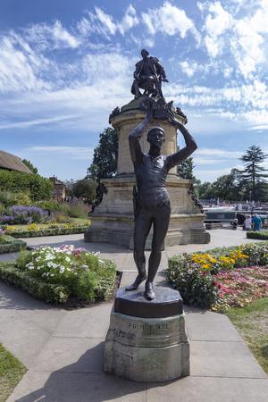 STRATFORD-UPON-AVON, UNITED KINGDOM - AUGUST 24: William Shakespeare and Henry V statue in Straford-upon-Avon, United Kingdom on August 24, 2016. Archivio Fotografico - 123571779
