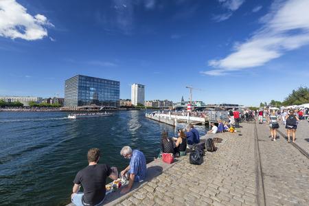 COPENHAGEN, DENMARK - AUGUST 26: Unidentified people relaxing next to a canal in Copenhagen, Denmark on August 26, 2016. Archivio Fotografico - 123571786