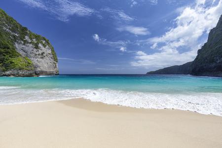 A tropical white sand beach, Kelingking Beach on Nusa Penida in Indonesia. Standard-Bild