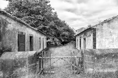 An abandoned house in black and white in Ginetes on Sao Miguel island in the Azores. Banco de Imagens
