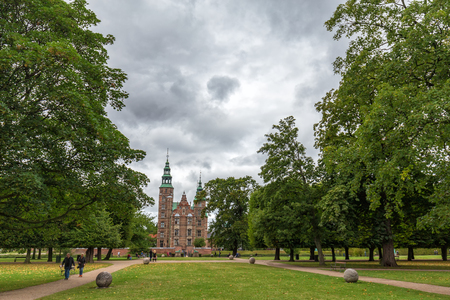 COPENHAGEN, DENMARK - AUGUST 29: Unidentified people walk in the gardens in the front of Rosenborg Castle in Copenhagen, Denmark on August 29, 2016. Фото со стока - 122738909