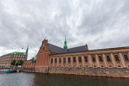 The beautiful canal-side Holemns Kirke church in Copenhagen, Denmark. Imagens
