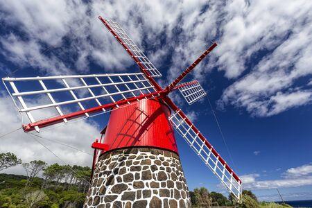 Eine bunt bemalte rote Windmühle in Calheta de Nesquim auf der Insel Pico auf den Azoren, Portugal.