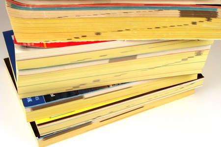 directorio telefonico: Pila de directorios telef�nicos en un fondo blanco  Foto de archivo