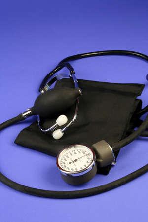 giver: Pun�o y sphygmomanometer de la presi�n arterial