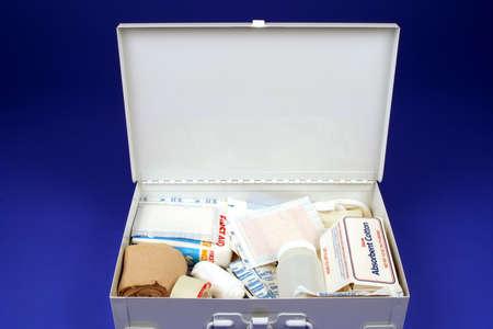 Trousse de premiers soins ouverte sur un fond bleu Banque d'images - 540794