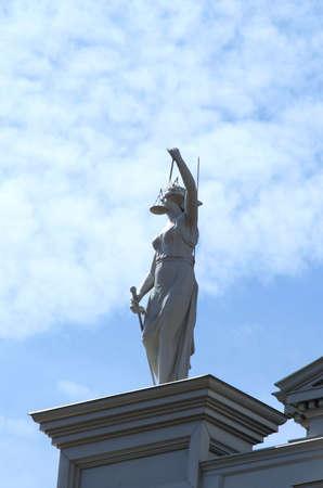 dama justicia: Tapa del edificio de la justicia que demuestra la justicia de la se�ora Foto de archivo