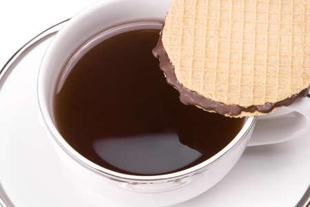 Witte thee kopje op witte achtergrond met cookie