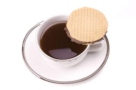 Witte thee beker op een witte achtergrond met cookie