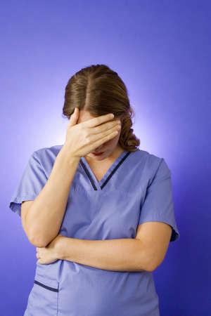 nurse uniform: Enfermera de j�venes en la b�squeda de azul como ella est� en el dolor
