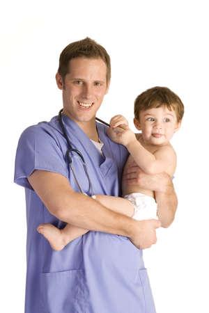 pediatra: Pediatra masculina sosteniendo a un beb� en blanco.