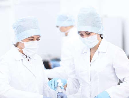 Arts en haar assistent tijdens de operatie