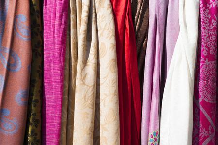 foulards: Sciarpe colorate sulla cremagliera al mercato del villaggio