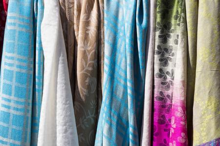 foulards: sciarpe colorate in mercato del villaggio Archivio Fotografico