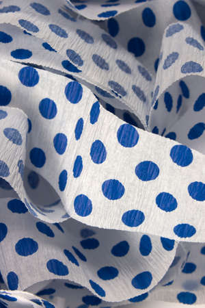 이것은 로얄 블루 폴카 도트 크레이프 종이 깃발의 사진입니다.