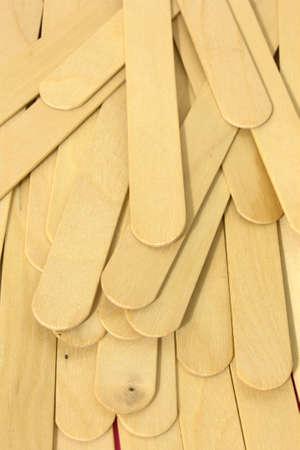 이것은 왁싱을위한 나무 주걱의 사진입니다.