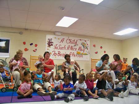 nursery education: antes de la graduaci�n de la escuela y el premio de ceramony Editorial