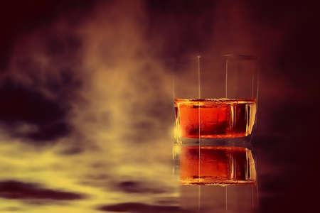 matiz de vidrio de whisky y color de fondo de cielo dramático