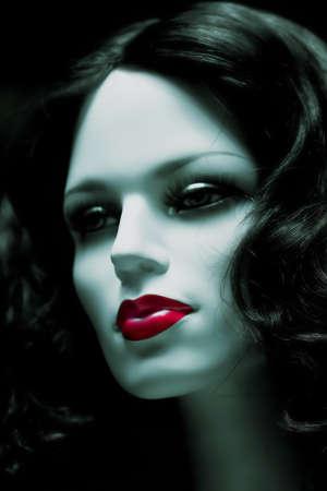 muneca vintage: cara de mujer de maniqu� con labios rojos sobre fondo oscuro