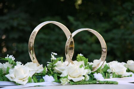 dim: Rings gold flowers rose white green dim background